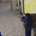jongen met paintball geweer