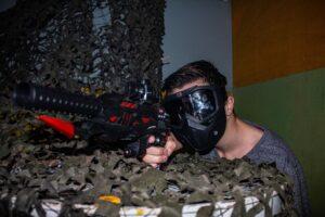 jongen richt met een orbeez gun op de vijand