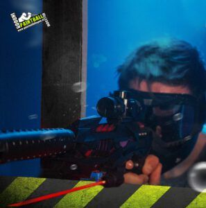 Man richt geweer tijdens het lasergamen